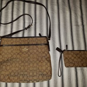 💯Coach crossbody and wristlet set!💯